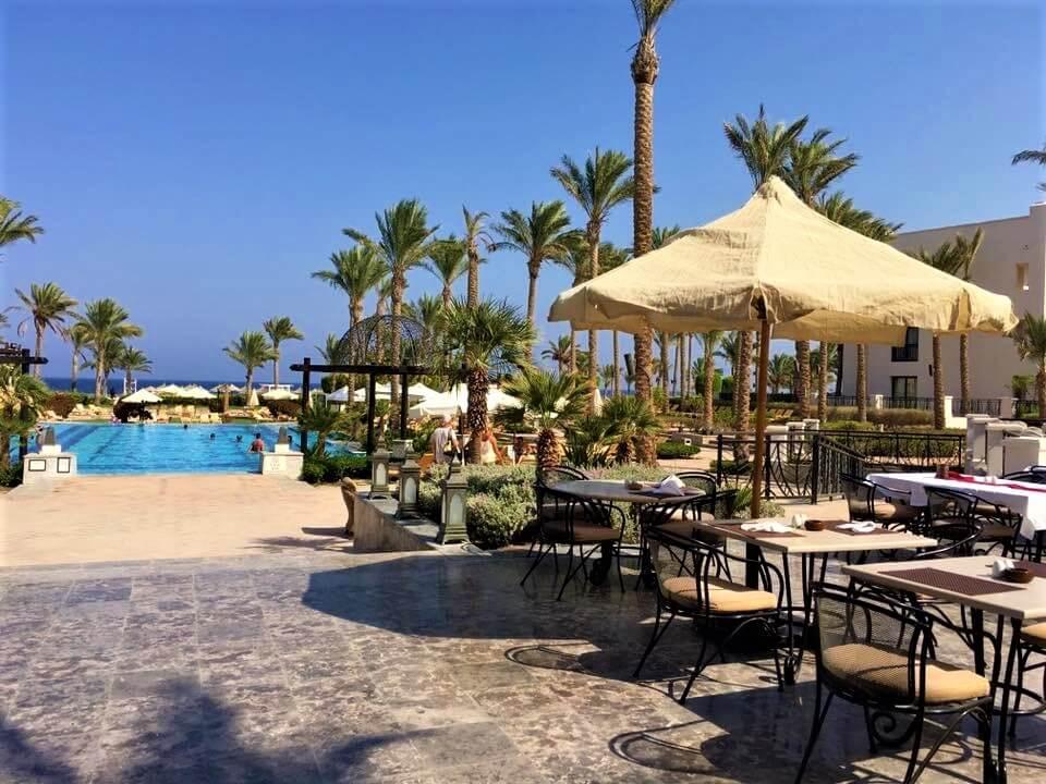 Egyiptom Hurghada port galib hotel. Az étterem terasza, és medencéje pálmafákkal.