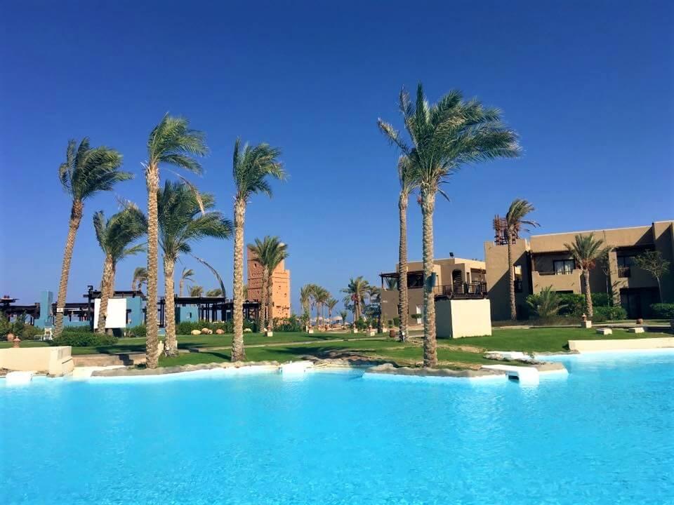 Egyiptom Hurghada port galib hotel medencéje és kertje pálmafákkal.