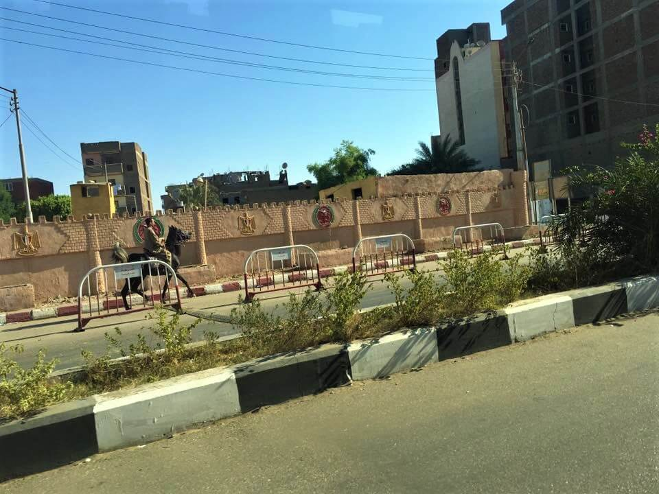Egyiptom, luxor, utcája, egy férfi lóháton közlekedik.