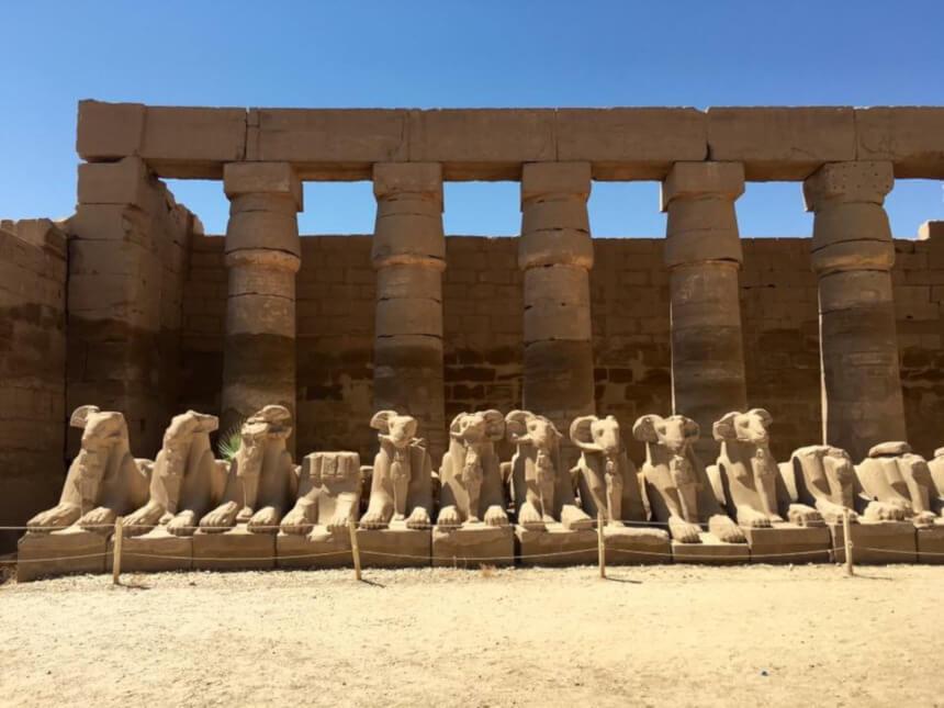 Egyiptom, Luxor, karnaki templom. Kosfejű szfinxek egymás mellett, sorban.