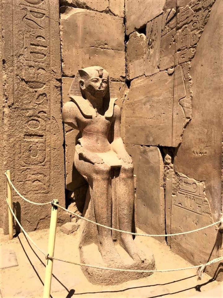 Egyiptom, Luxor, a karnaki templomban egy fáraó szobra ülve