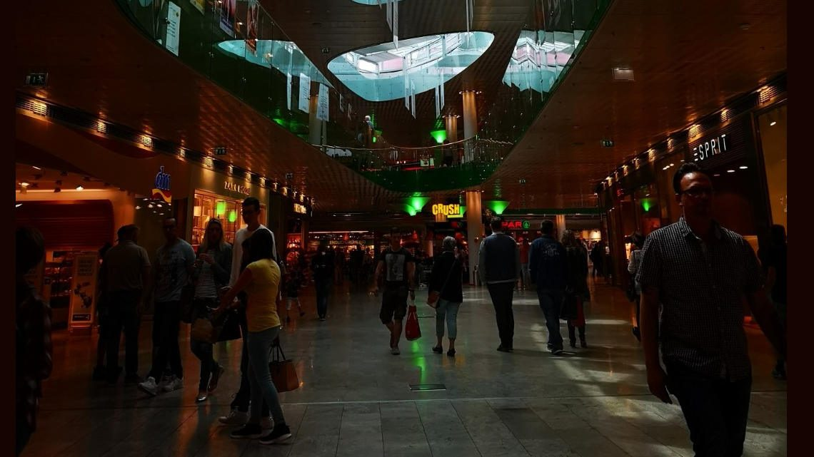 Ausztria, Salzburg, Europark bevásárló központ. Emberek sétálgatnak, vásárolnak.