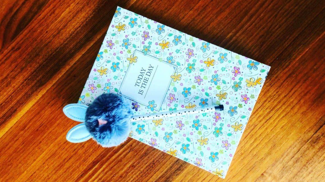 today is the day feliratú virágmintás jegyzetfüzet, toll,