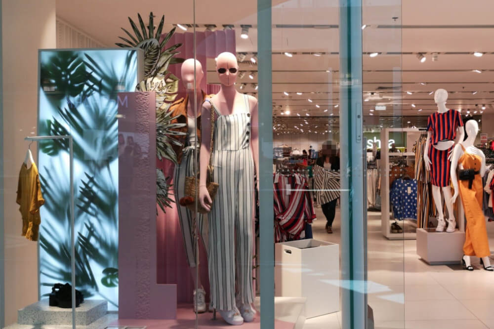 Ausztria, Salzburg, Europark bevásárló központ. Egy női ruhákat árusító üzlet kirakata próba babákkal.