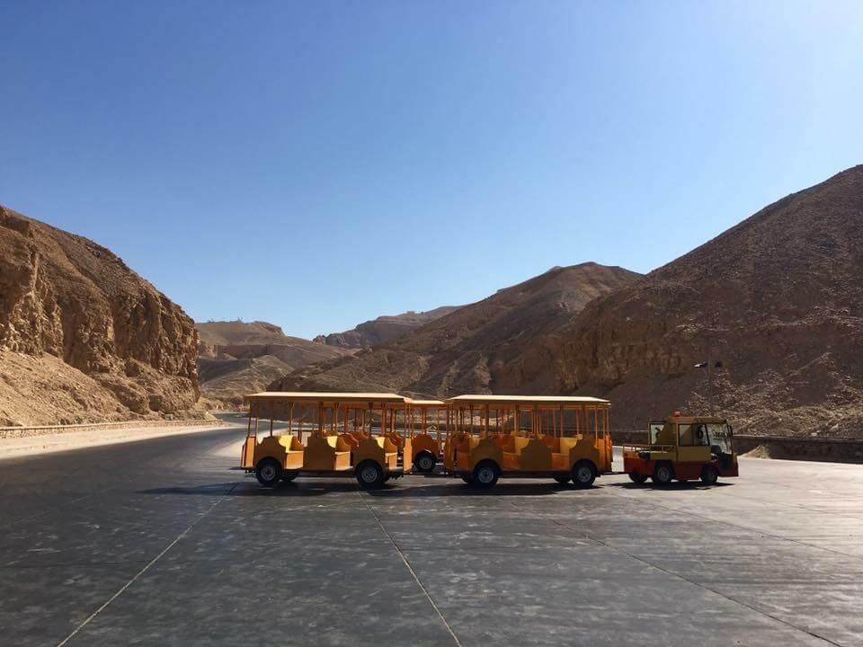 Egyiptom, Luxor, királyok völgye. Ezzel a sárga kisvonattal jutnak el a látogatók a fáraók sírjaihoz.