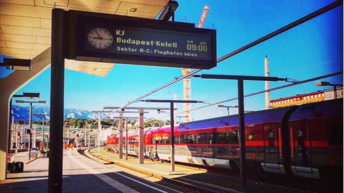 Salzburgi pályaudvaron a vágányon Railjet vonat áll.