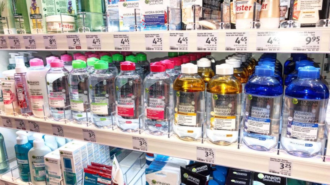 DM Illatszer üzletben a polcokon Garnier micellás arctisztító vizek.
