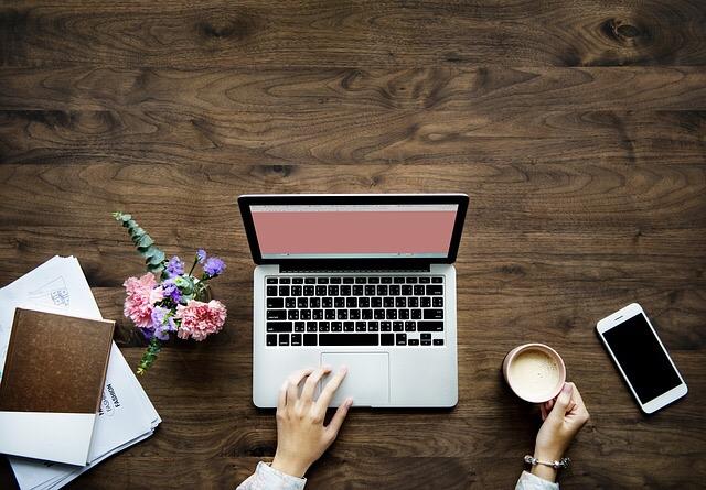 Laptop, kávé, mobiltelefon