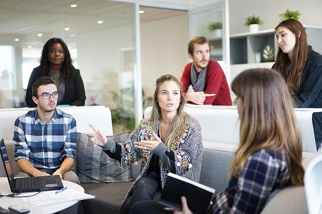 Egy irodában férfiak és nők együtt dolgoznak.
