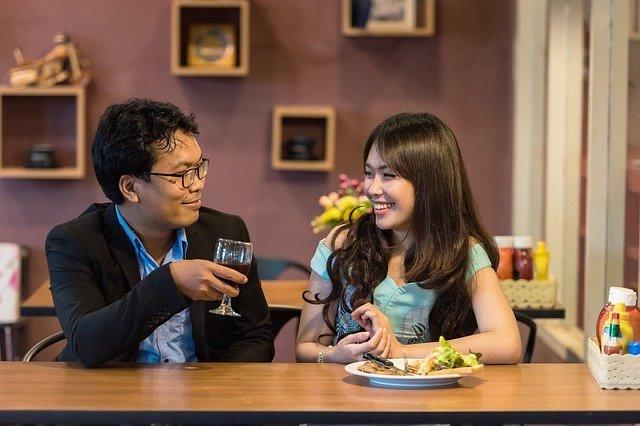 Egy nő és egy férfi étteremben együtt étkeznek.