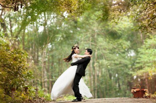 Boldog házaspár esküvői ruhában.