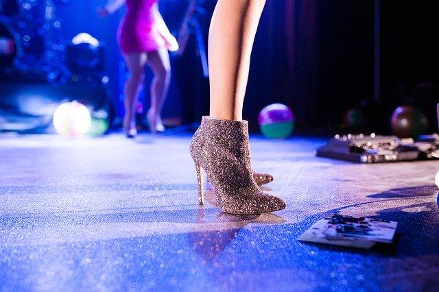 Táncparkett, női alak táncol
